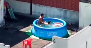 casal dá uma na piscina