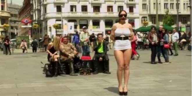 Atrizes porno filmadas em plena luz do dia na rua