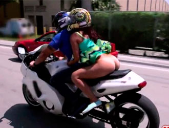 namorada passear motoqueiro
